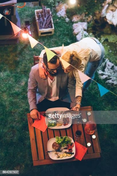 Couple tatoué en train de dîner Barbecue jardin romantique avec proposition