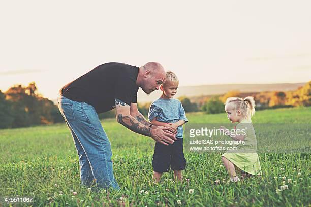 tattooed father and children - careca imagens e fotografias de stock