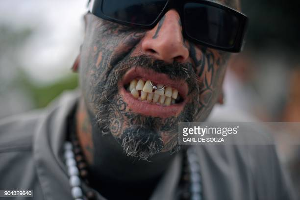 A tattooed man shows his piercing during the annual Tattoo Week in Rio de Janeiro Brazil on January 12 2018 / AFP PHOTO / Carl DE SOUZA
