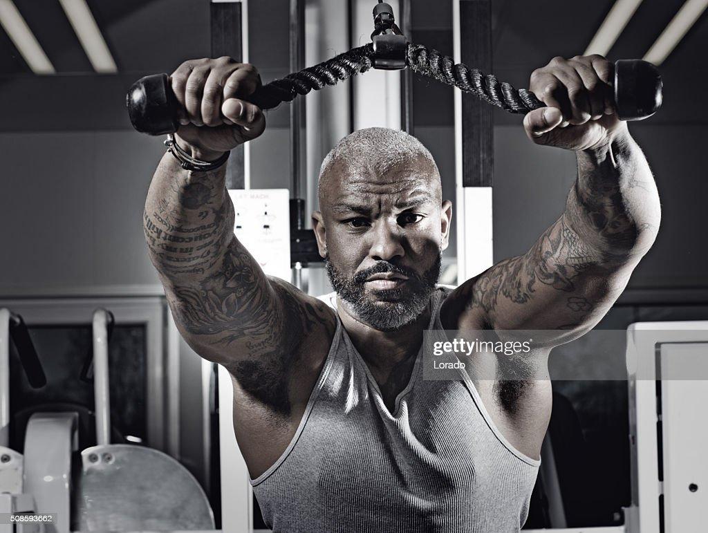 Schwarz Tätowiert mittleren Alter Mann auf Fitness-Studio : Stock-Foto