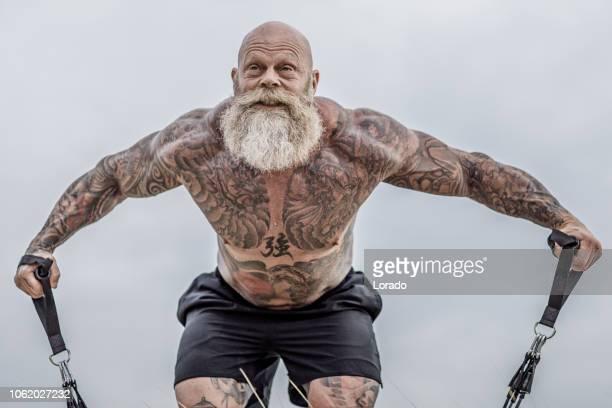 tätowierte senior boxer während fitness-workout - extremsport stock-fotos und bilder