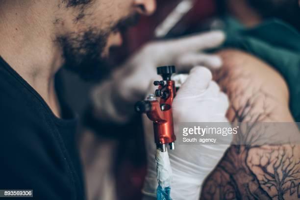 Artista de Tatttoo trabajando duro