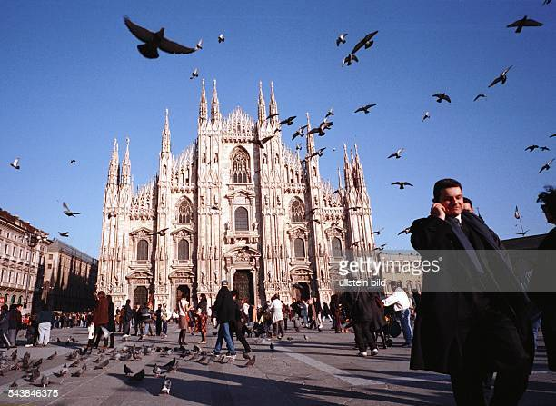 Tauben Touristen und ein Geschäftsmann mit Handy vor dem Dom in Mailand