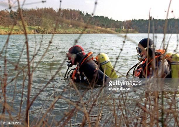 Taucher durchsuchen am 2331998 einen Kiesbaggersee der direkt vor dem Waldstück bei Lorup liegt In dem Wald wurde am 2131998 die Leiche der...