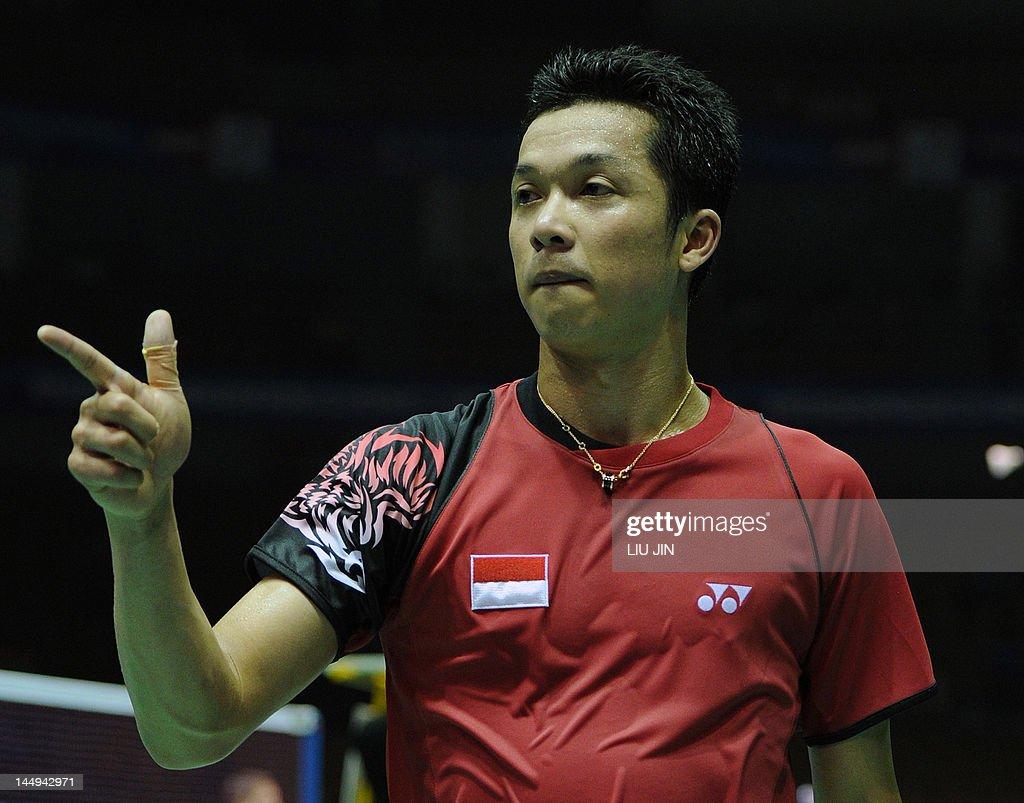 Taufik Hidayat of Indonesia celebrates after winning over ...