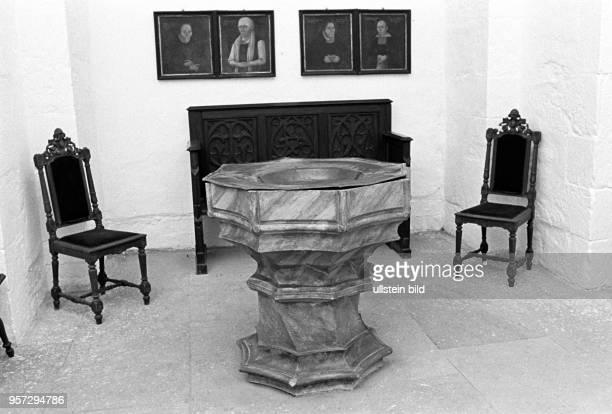 Taufstein aus Luthers Taufkirche St PetriPauli aufgenommen im November 1981 in der Lutherstadt Eisleben Eisleben ist der Geburts Tauf und Sterbeort...
