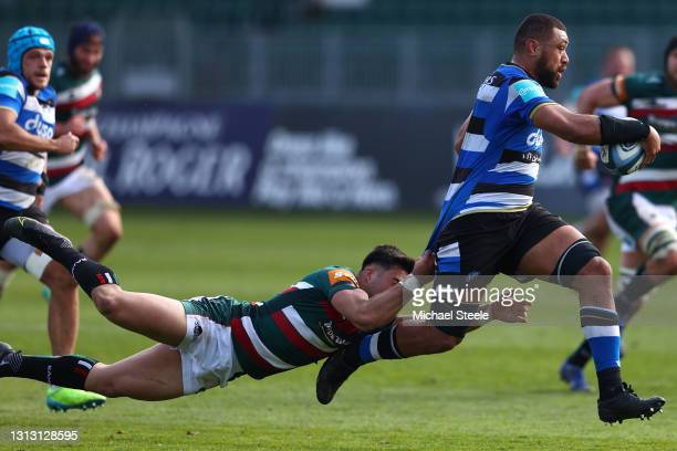 Taulupe Faletau of Bath is held up by Dan Kelly of Leicester during the Gallagher Premiership Rugby match between Bath and Leicester Tigers at The...