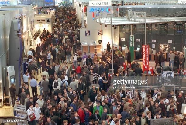 Tausende von Messegästen drängen sich am 2031999 in einer der 27 Ausstellungshallen der CeBIT '99 in Hannover Die weltgrößte Computermesse die auch...
