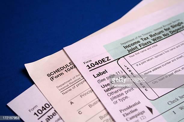 os formulários de impostos sobre azul - 1040 tax form - fotografias e filmes do acervo