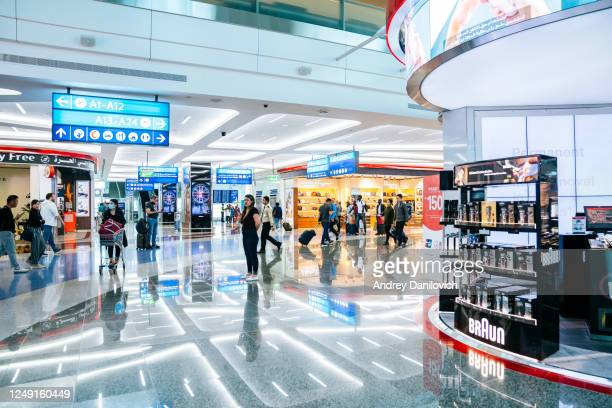 tax free zone in terminal 3, dubai dxb airport - duty free stock pictures, royalty-free photos & images