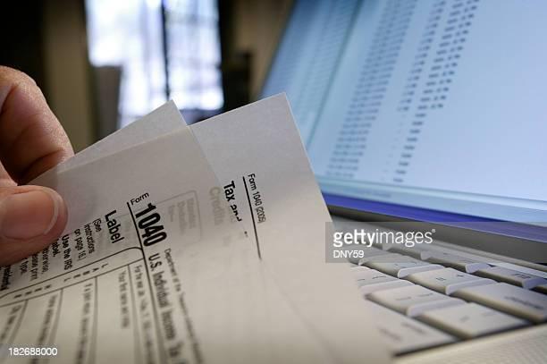 impostos de preparação - 1040 tax form - fotografias e filmes do acervo
