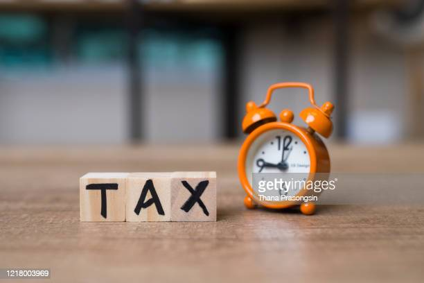 tax time text on adhesive note on alarm clock - アメリカ合衆国内国歳入庁 ストックフォトと画像