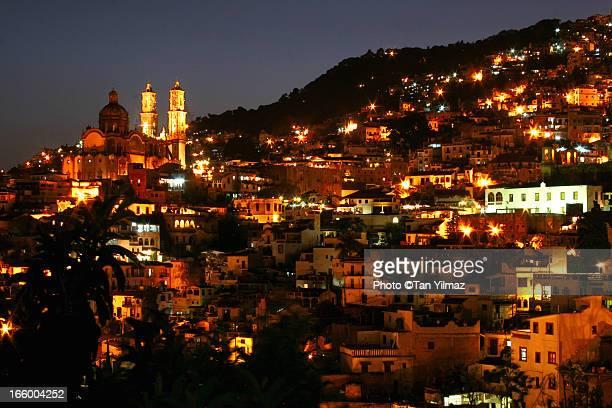 taxco after dusk - ゲレーロ州 ストックフォトと画像