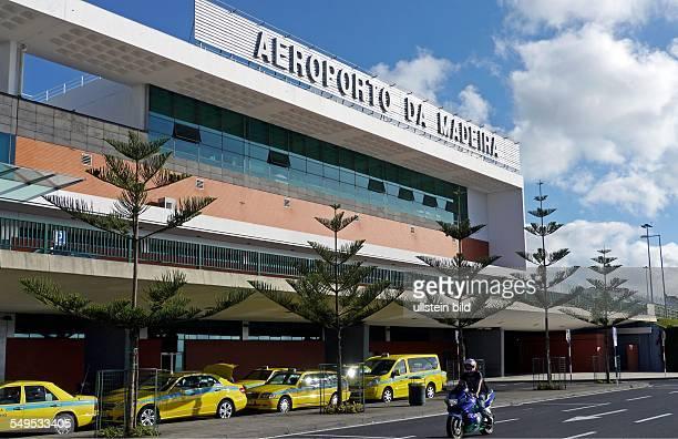 Taxen vor dem Flughafengebäude des Flughafen Santa Catarina in Santa Cruz westlich der Inselhauptstadt Funchal