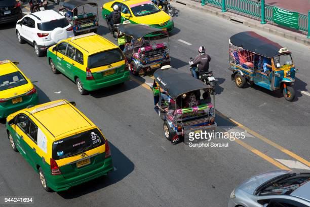 taxi and tuktuk in the traffic jam of bangkok - ラチャダムリ通り ストックフォトと画像