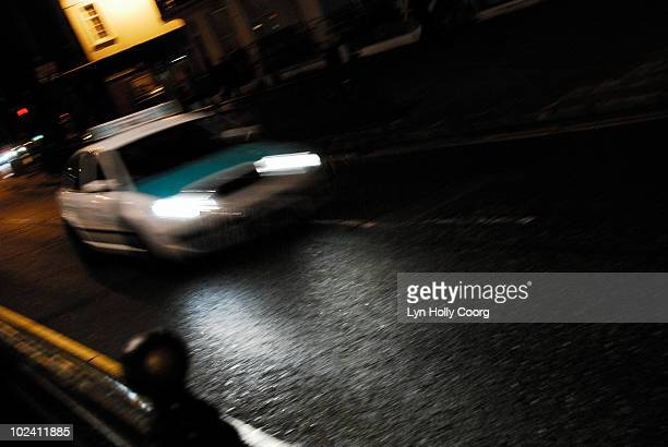 taxi at night in rain in brighton uk  - lyn holly coorg stock pictures, royalty-free photos & images