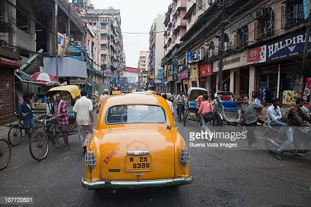 taxi cab in kolkakta (calcutta) on crowded street - kolkata stock pictures, royalty-free photos & images