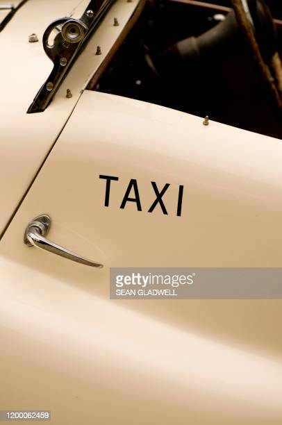 taxi cab - taxiing stock pictures, royalty-free photos & images