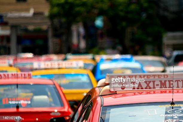 taxi cabs queuing - joshua alan davis stock pictures, royalty-free photos & images