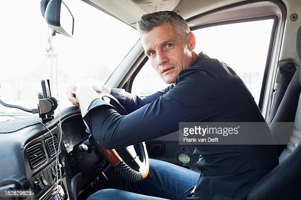 Chauffeur assis à volant