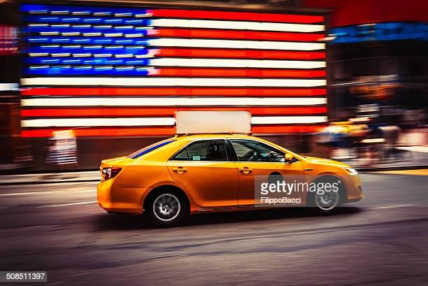 タクシーは高速タイムズスクエアで、ニューヨーク - イエローキャブ ストックフォトと画像