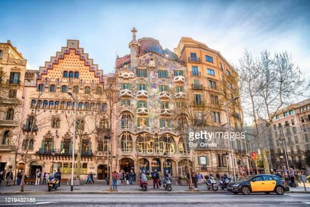 taxi frente a casa batllo y casa amatller en passeig de gracia en barcelona al atardecer - barcelona españa fotografías e imágenes de stock