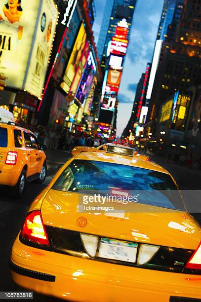 taxi in times square - イエローキャブ ストックフォトと画像