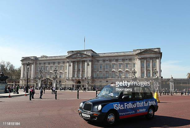 A taxi passes Buckingham Palace in London UK on Thursday April 7 2011 The wedding of Prince William second in line to the British throne and...