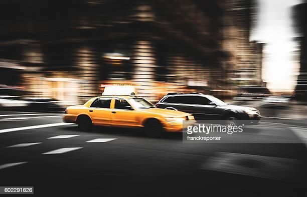 高速で走るタクシーニューヨーク市