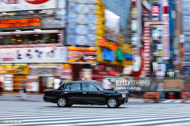 taxi speeding up in shinjuku, tokyo, japan - 跟拍鏡頭 個照片及圖片檔