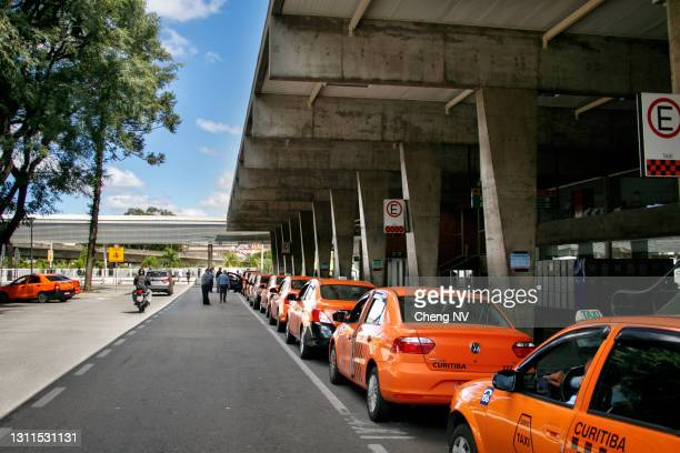 taxi waiting queues in the bus station - curitiba stock pictures, royalty-free photos & images