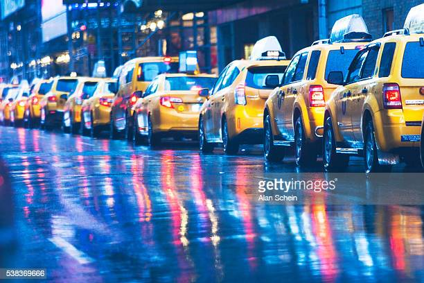 taxies in a row, new york city - イエローキャブ ストックフォトと画像