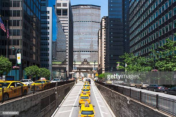 taxies in a row, new york city - metlife building stock pictures, royalty-free photos & images