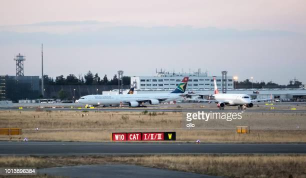 Rollen von Flugzeugen auf Startbahn 18 West am Frankfurter Flughafen