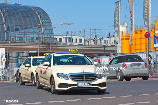 taxis leaving berlin hauptbahnhof - gwengoat stock pictures, royalty-free photos & images
