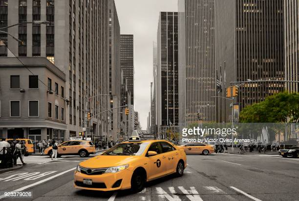taxis. sixth avenue and 50th street. new york, usa - victor ovies fotografías e imágenes de stock