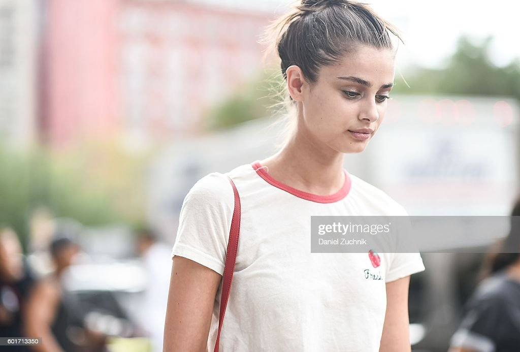 Street Style - September 2016 New York Fashion Week - Day 2 : News Photo