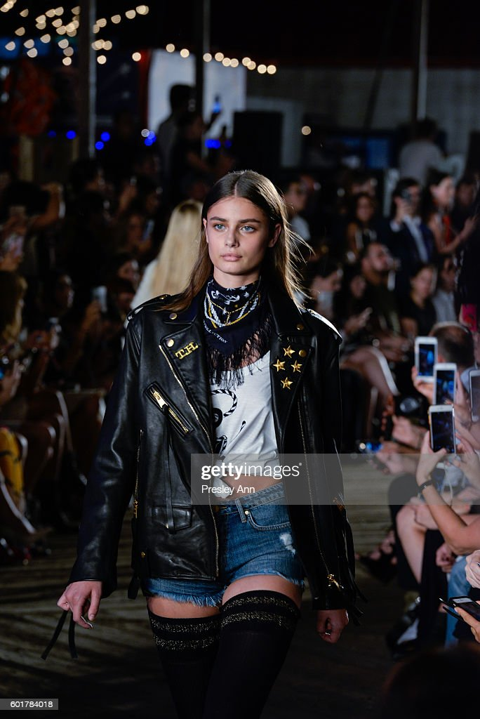 Tommy Hilfiger Women's - Front Row - September 2016 - New York Fashion Week : News Photo