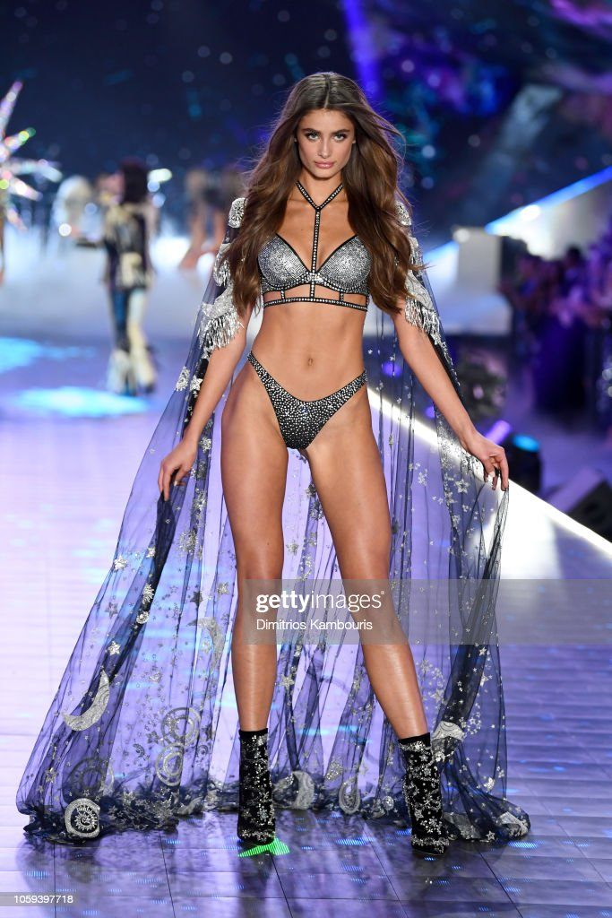 Taylor Hill Walks The Runway During The 2018 Victoria S Secret