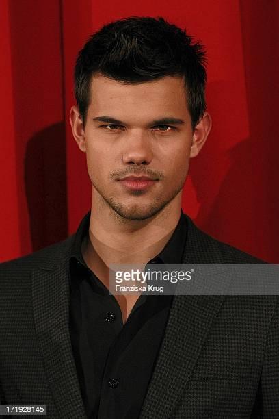 Taylor Lautner Bei Der Premiere Von Breaking Dawn Biss Zum Ende Der Nacht Im Cinestar Sonycenter In Berlin