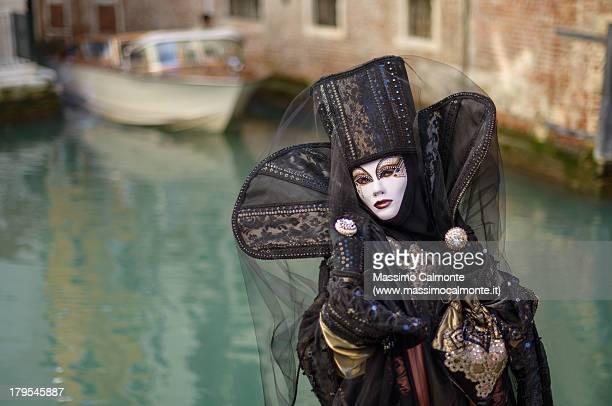 taylor made mask at venice carnival - carnaval de venise photos et images de collection