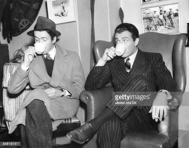 Taylor Robert * Schauspieler USA mit James Stewart bei einer Kaffeepause 1937
