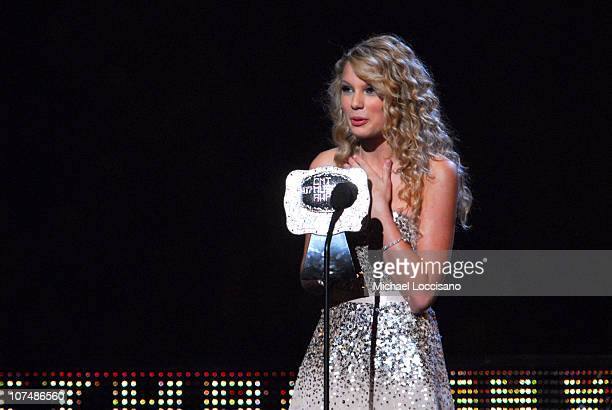 Taylor Swift accepts Breathrough Video of the Year award for Tim McGraw