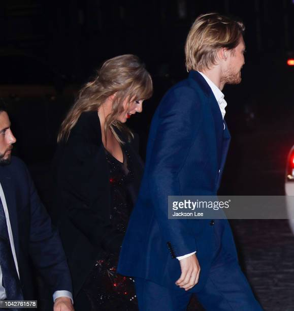 Taylor Swift and Joe Alwyn hold hands as they return home on September 29 2018 in New York City