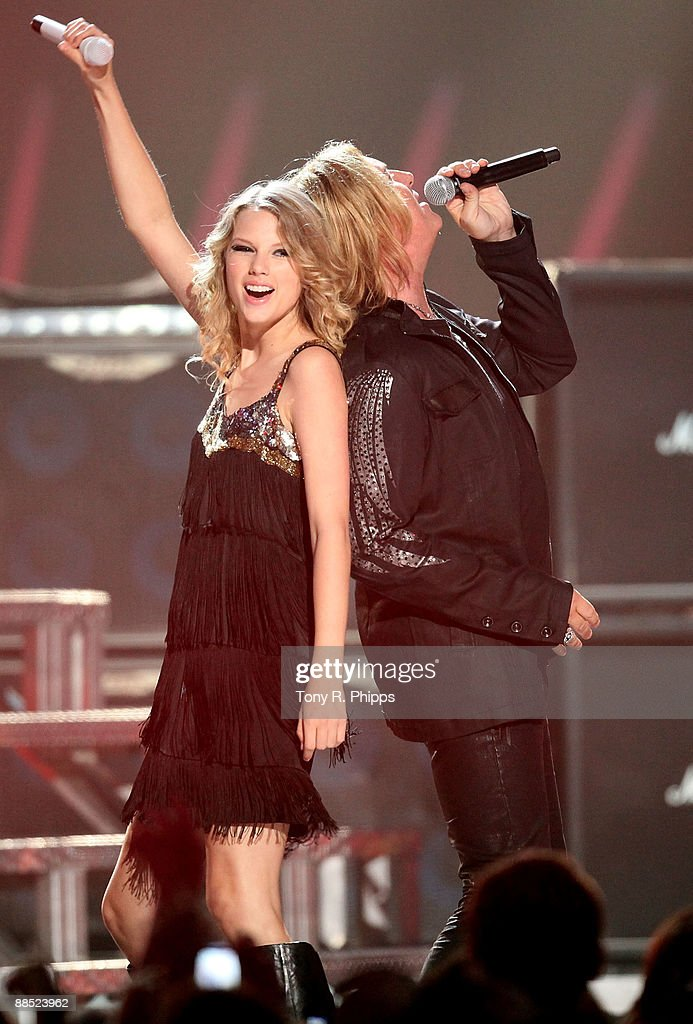 Taylor Swift And Joe Elliott Of Def Leppard Perform On Stage At The News Photo Getty Images