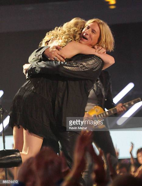 Taylor Swift and Joe Elliott of Def Leppard perform on stage at the 2009 CMT Music Awards at the Sommet Center on June 16 2009 in Nashville Tennessee