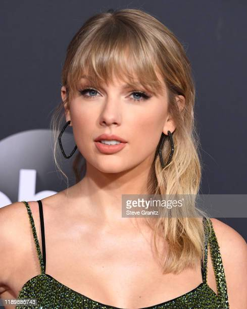 Taylor Swift arrives at the 2019 American Music Awards at Microsoft Theater on November 24 2019 in Los Angeles California