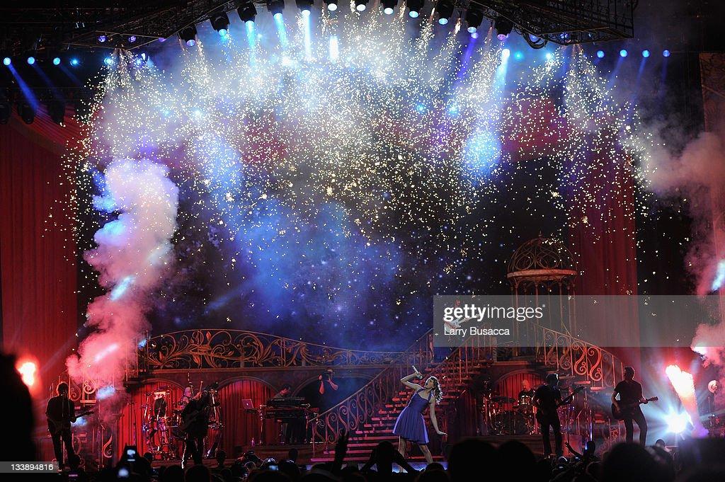 "Taylor Swift ""Speak Now World Tour"" In New York City - November 21, 2011 : Nyhetsfoto"
