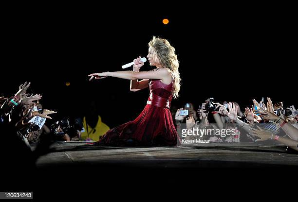 Taylor Swift played to a soldout crowd of over 51000 fans saturday night when she took her Speak Now World Tour to Lincoln Financial Field in her...