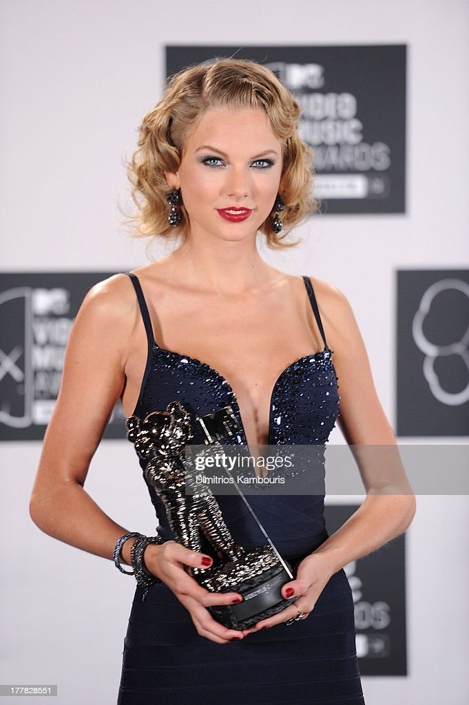 Taylor Swift poses with award for Best Female Video in the press room at the 2013 MTV Video Music Awards at the Barclays Center on August 25, 2013 in the Brooklyn borough of New York City.